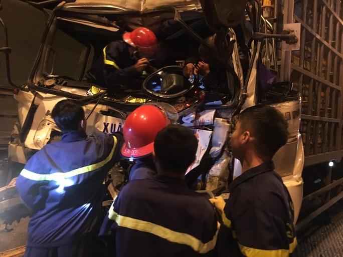 Chùm ảnh cảnh sát cắt cabin giải cứu tài xế xe tải bị thương nặng gục trên vô lăng - Ảnh 3.
