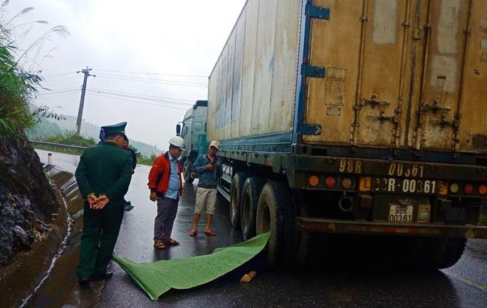 Va chạm với xe container, một thanh niên chết thảm - Ảnh 1.