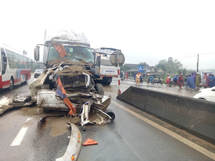 CLIP: Tai nạn liên hoàn giữa container và 2 xe tải, quốc lộ 1A tắc nghẽn một bên - Ảnh 1.