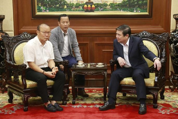 Ông Park Hang-seo không tiếc lời khen cầu thủ khi gặp Chủ tịch UBND TP HCM - Ảnh 2.