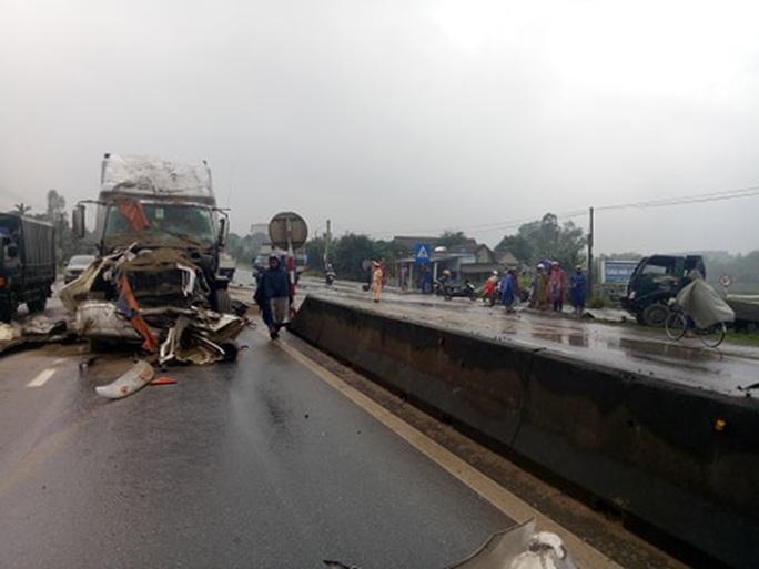 CLIP: Tai nạn liên hoàn giữa container và 2 xe tải, quốc lộ 1A tắc nghẽn một bên - Ảnh 3.