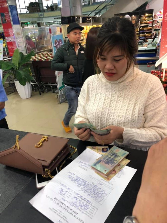 Anh bảo vệ siêu thị tốt bụng, trả lại chiếc ví có gần 30 triệu đồng - Ảnh 2.