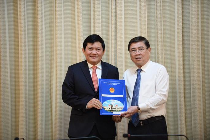 Chủ tịch UBND TP HCM trao 3 quyết định điều động, bổ nhiệm cán bộ - Ảnh 1.