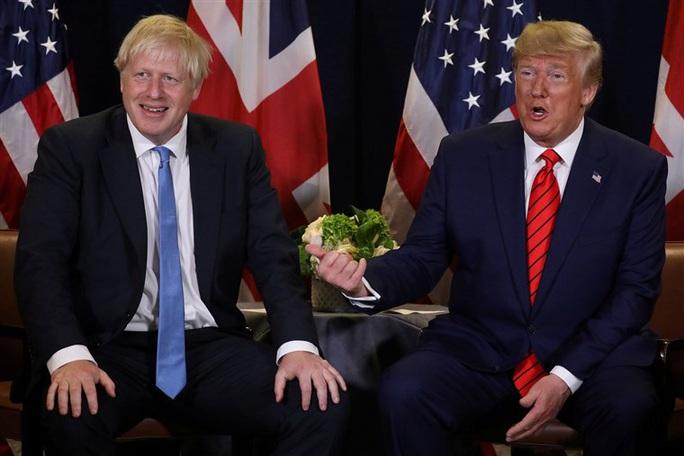 Tổng thống Trump bị Thủ tướng Anh tránh chụp hình chung - Ảnh 1.