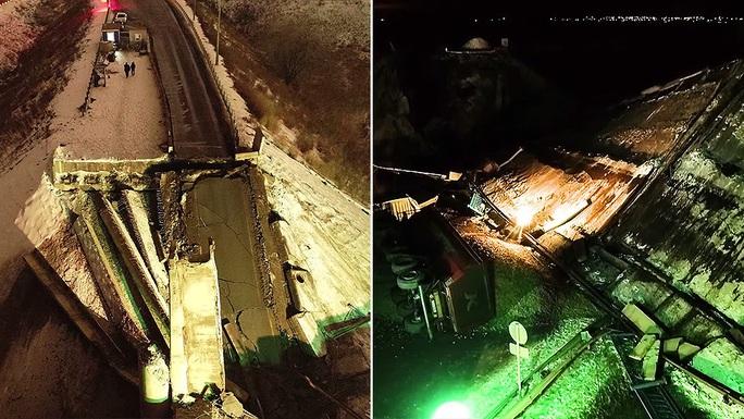 Suýt chết khi cầu vượt đổ sập trước mũi xe - Ảnh 1.