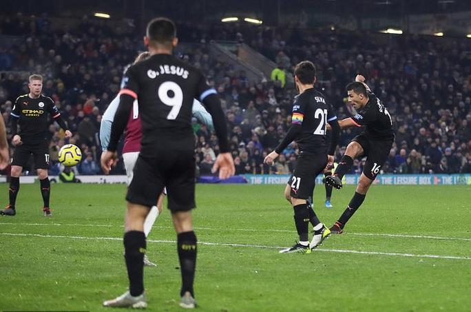Tân binh góp công siêu phẩm, Man City trở lại ngôi nhì Ngoại hạng - Ảnh 6.