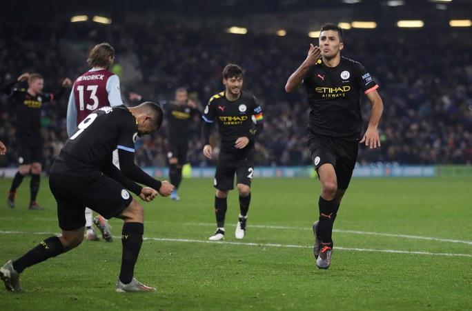 Tân binh góp công siêu phẩm, Man City trở lại ngôi nhì Ngoại hạng - Ảnh 7.