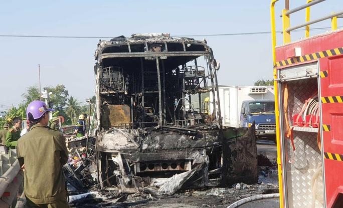 Xe khách giường nằm bốc cháy dữ dội trên Quốc lộ 1A - Ảnh 3.