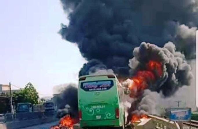Xe khách giường nằm bốc cháy dữ dội trên Quốc lộ 1A - Ảnh 1.