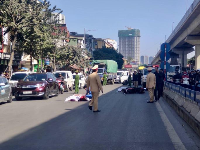 Xe tải bất ngờ tông đuôi xe máy, 2 người tử vong tại chỗ - Ảnh 1.