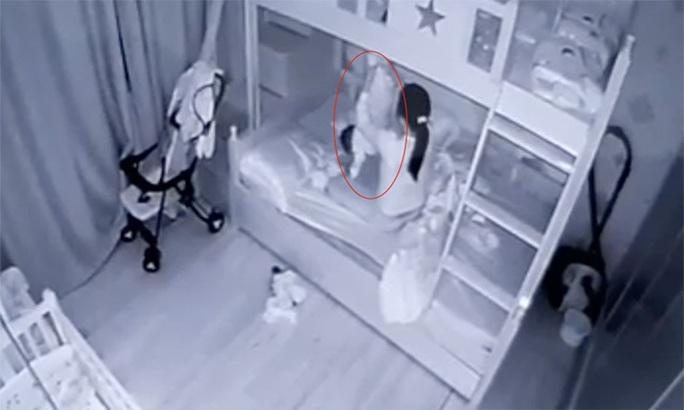 Vụ cầm chân bé gái 13 tháng tuổi dốc ngược, ném chăn vào mặt: Bảo mẫu bị tạm giữ hình sự - Ảnh 1.