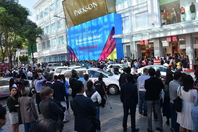 Hàng ngàn người xếp hàng chào đón thương hiệu thời trang của tỉ phú Nhật - Ảnh 3.