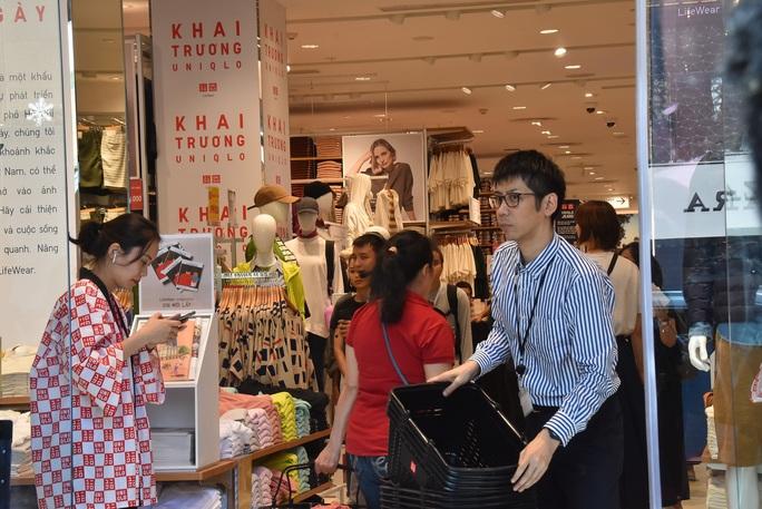 Hàng ngàn người xếp hàng chào đón thương hiệu thời trang của tỉ phú Nhật - Ảnh 12.