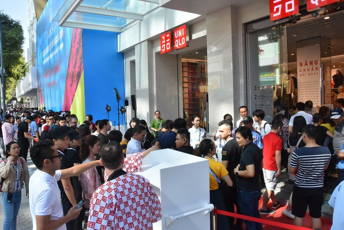 Hàng ngàn người xếp hàng chào đón thương hiệu thời trang của tỉ phú Nhật - Ảnh 9.