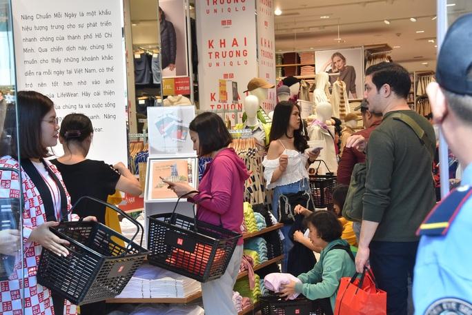 Hàng ngàn người xếp hàng chào đón thương hiệu thời trang của tỉ phú Nhật - Ảnh 11.