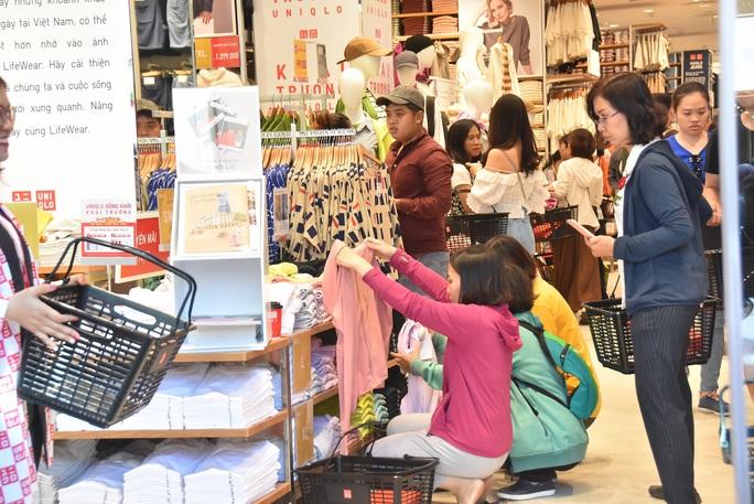 Hàng ngàn người xếp hàng chào đón thương hiệu thời trang của tỉ phú Nhật - Ảnh 10.
