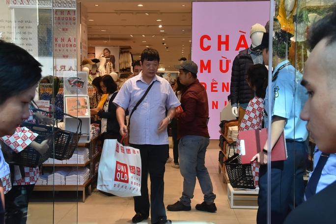 Hàng ngàn người xếp hàng chào đón thương hiệu thời trang của tỉ phú Nhật - Ảnh 13.