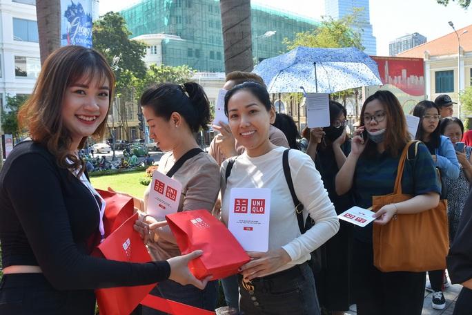 Hàng ngàn người xếp hàng chào đón thương hiệu thời trang của tỉ phú Nhật - Ảnh 7.