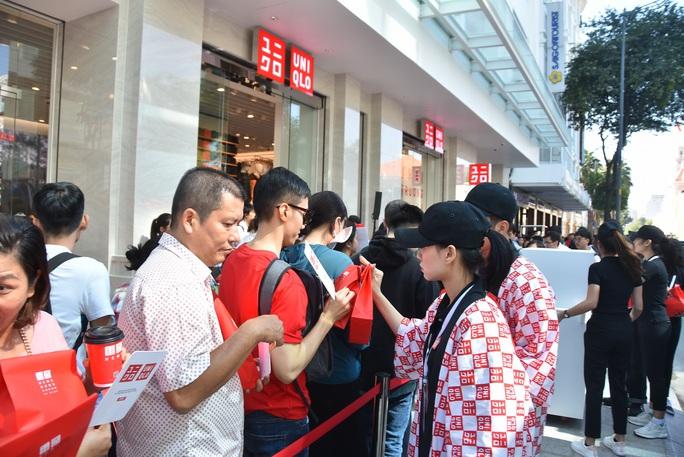 Hàng ngàn người xếp hàng chào đón thương hiệu thời trang của tỉ phú Nhật - Ảnh 6.