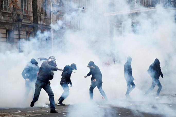 Nước Pháp hỗn loạn chưa từng thấy vì cải cách lương hưu - Ảnh 2.