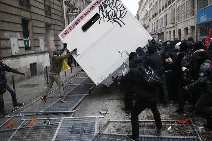 Nước Pháp hỗn loạn chưa từng thấy vì cải cách lương hưu - Ảnh 12.