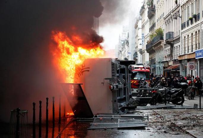 Nước Pháp hỗn loạn chưa từng thấy vì cải cách lương hưu - Ảnh 3.