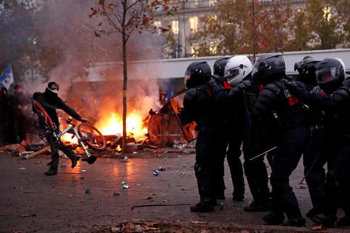 Nước Pháp hỗn loạn chưa từng thấy vì cải cách lương hưu - Ảnh 6.