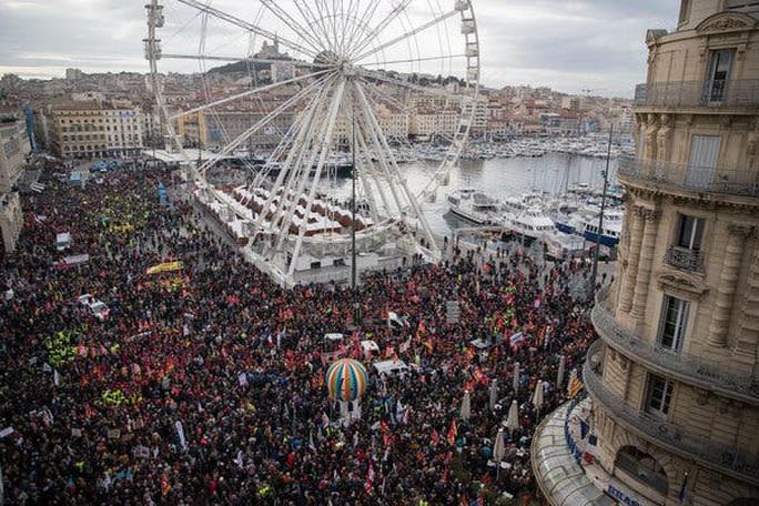 Nước Pháp hỗn loạn chưa từng thấy vì cải cách lương hưu - Ảnh 7.