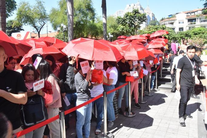 Hàng ngàn người xếp hàng chào đón thương hiệu thời trang của tỉ phú Nhật - Ảnh 5.