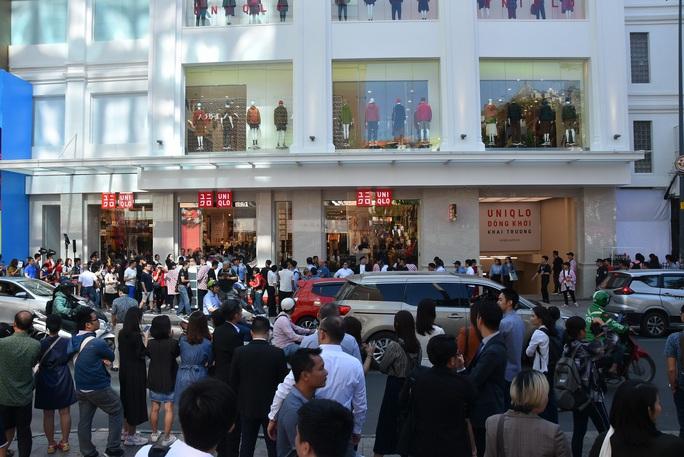 Hàng ngàn người xếp hàng chào đón thương hiệu thời trang của tỉ phú Nhật - Ảnh 4.