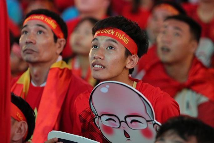 U22 Việt Nam chặn đứng hiện tượng Campuchia: CĐV vỡ òa phấn khích - Ảnh 10.