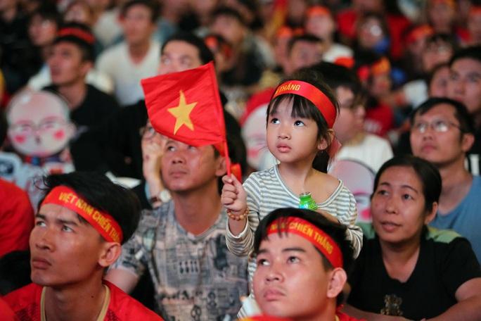 U22 Việt Nam chặn đứng hiện tượng Campuchia: CĐV vỡ òa phấn khích - Ảnh 4.