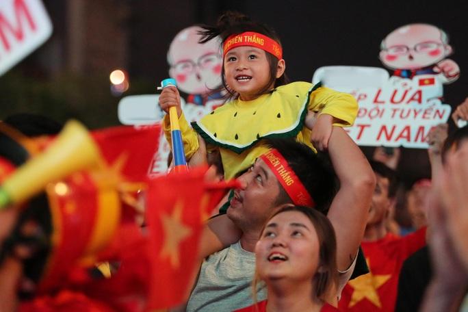 U22 Việt Nam chặn đứng hiện tượng Campuchia: CĐV vỡ òa phấn khích - Ảnh 9.
