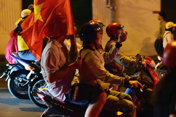 Biển người đổ ra trung tâm TP HCM mừng U22 Việt Nam chiến thắng - Ảnh 4.