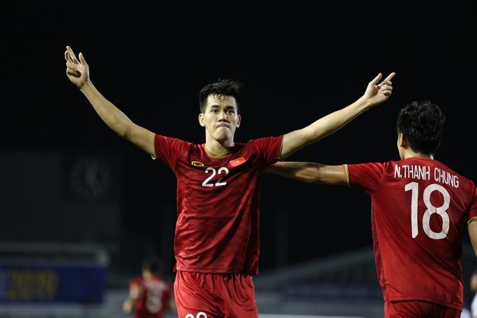 Dưỡng chân cho Tiến Linh, Đức Chinh cho trận chung kết với U22 Indonesia - Ảnh 1.
