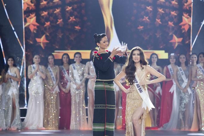 Không chỉ trên sân khấu, Nguyễn Trần Khánh Vân vẫn rất xinh đẹp ngoài đời  - Ảnh 3.