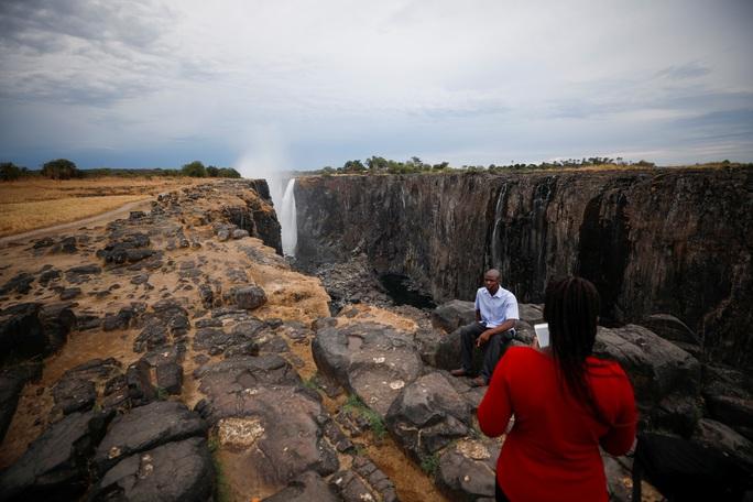 Hạn hán kinh hoàng, thác nước cao 100 mét gần cạn khô - Ảnh 6.