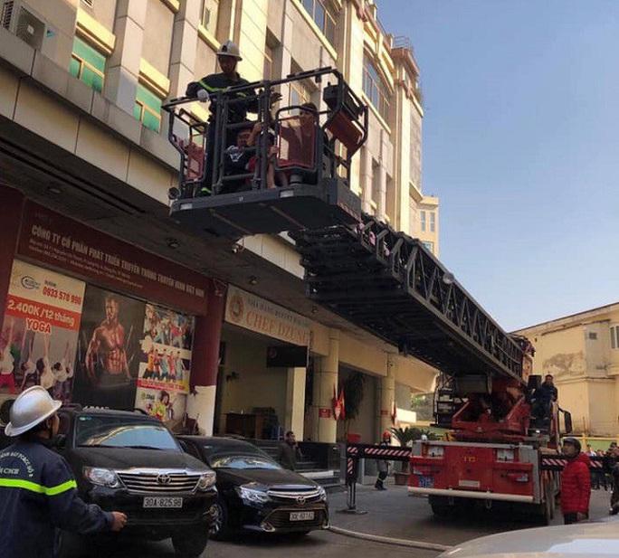 Cháy chi nhánh ngân hàng BIDV, đưa khoảng 60 người thoát ra ngoài an toàn - Ảnh 1.