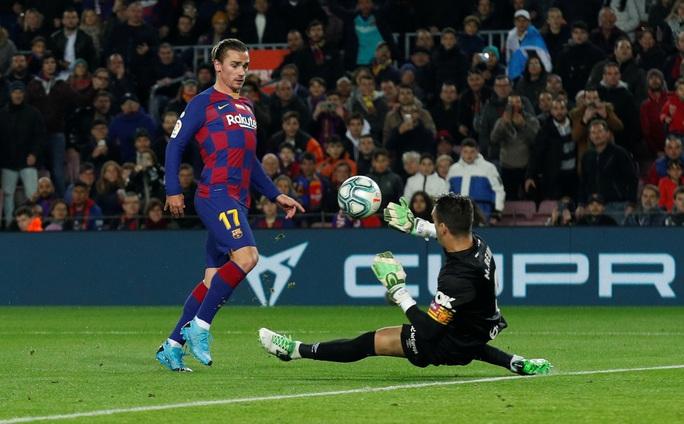 Messi nâng Quả bóng vàng, lập siêu phẩm hat-trick ở Nou Camp - Ảnh 3.