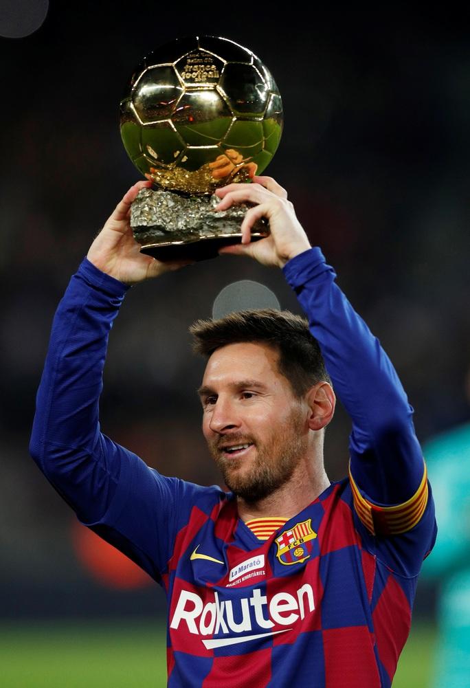 Messi nâng Quả bóng vàng, lập siêu phẩm hat-trick ở Nou Camp - Ảnh 2.