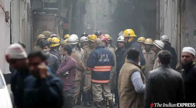 Ấn Độ: Cháy lớn ở nhà máy giấy mắc kẹt giữa ma trận hẻm - Ảnh 1.