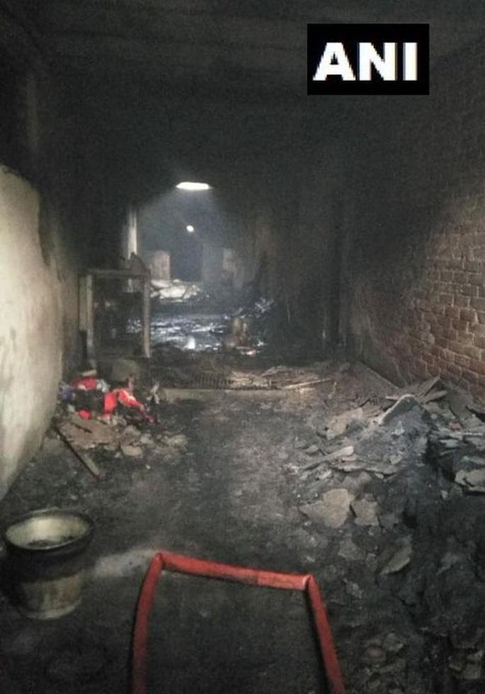Ấn Độ: Cháy lớn ở nhà máy giấy mắc kẹt giữa ma trận hẻm - Ảnh 2.