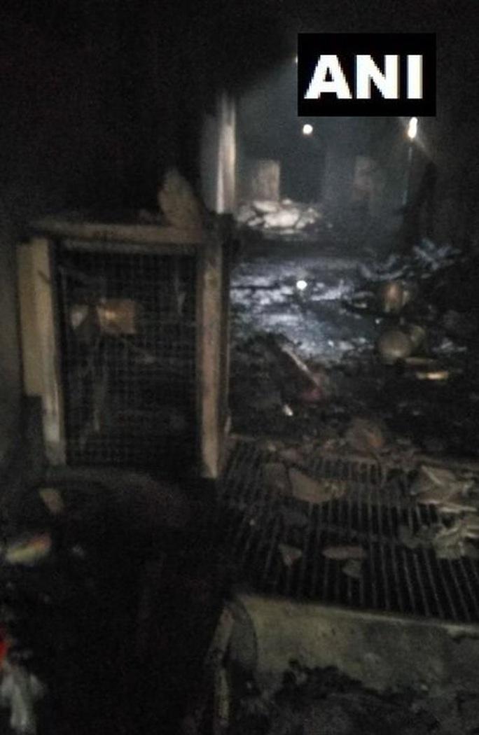 Ấn Độ: Cháy lớn ở nhà máy giấy mắc kẹt giữa ma trận hẻm - Ảnh 3.