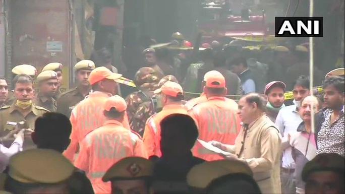 Ấn Độ: Cháy lớn ở nhà máy giấy mắc kẹt giữa ma trận hẻm - Ảnh 4.