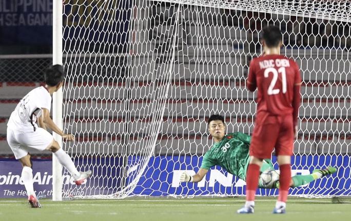 Clip: Màn trình diễn lấy lại niềm tin của thủ môn Văn Toản trong trận U22 Việt Nam - U22 Campuchia 4-0 - Ảnh 1.