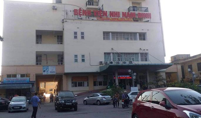 Vụ ăn bớt thuốc của bệnh nhi ở Nam Định: Thêm 6 điều dưỡng bị khởi tố - Ảnh 1.