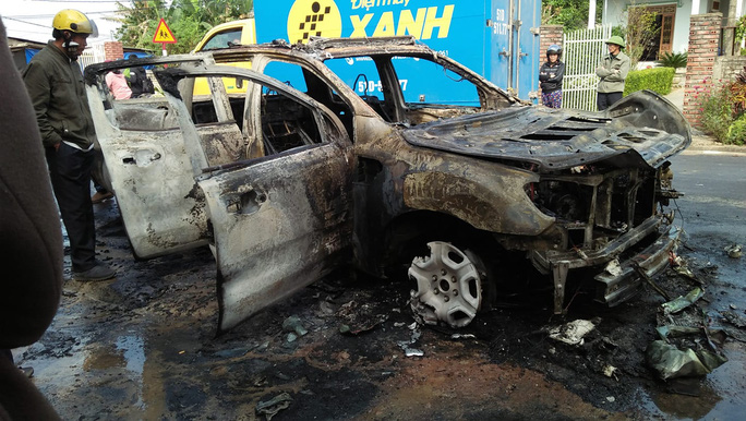 Ô tô bán tải bốc cháy trơ khung, nữ tài xế khóc nức nở - Ảnh 2.
