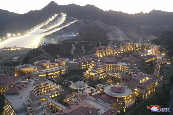 Lãnh đạo Kim Jong Un khánh thành khu nghỉ dưỡng, Triều Tiên lách lệnh trừng phạt - Ảnh 2.
