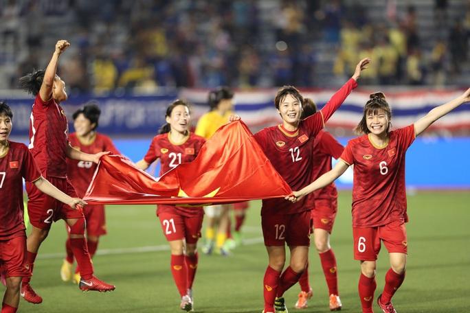 EQuest Education Group tặng 90% học bổng ĐH, CĐ cho đội tuyển bóng đá nữ - Ảnh 1.