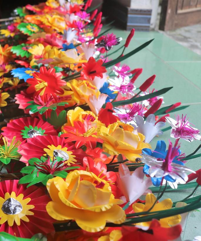 Độc đáo ngôi làng 300 năm làm hoa giấy ở Huế - Ảnh 3.